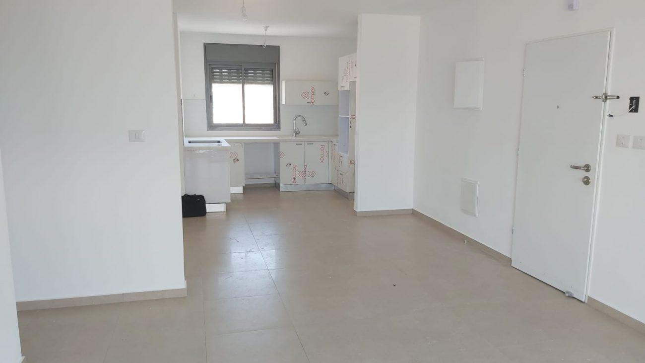 להשכרה דירת 4 חדרים עם מרפסת של 30 מטר